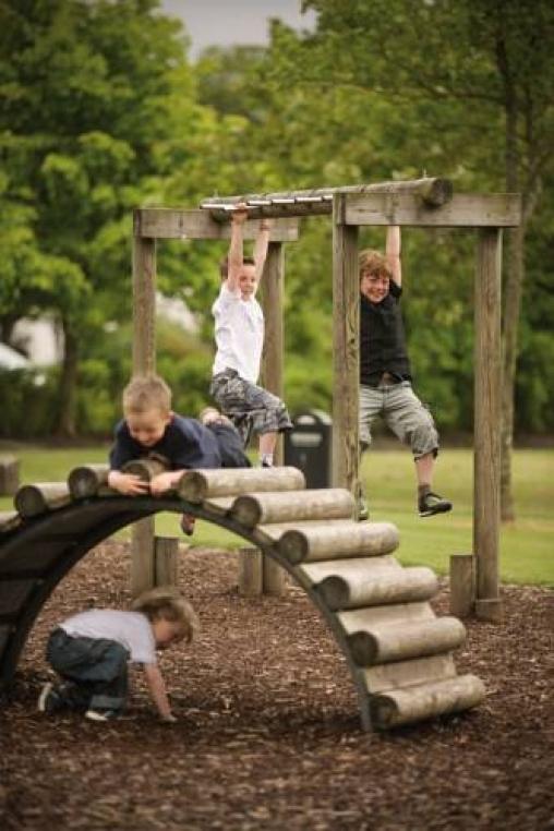 Дети играют в игру Стоп, земля